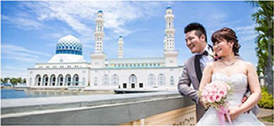 コタキナバル シティモスクをバックに写真に映るカップル