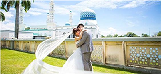 コタキナバル シティモスクをバックに抱き合うカップル
