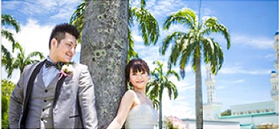 コタキナバル シティモスクをバックに木に寄りかかるカップル