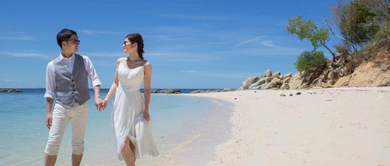 マムティックアイランドの美しいビーチを歩くふたり