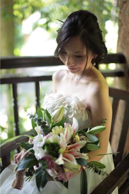 花束を持って椅子に座る新婦