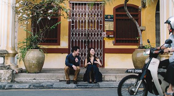 オールドタウンの街角でおしゃべりするカップル