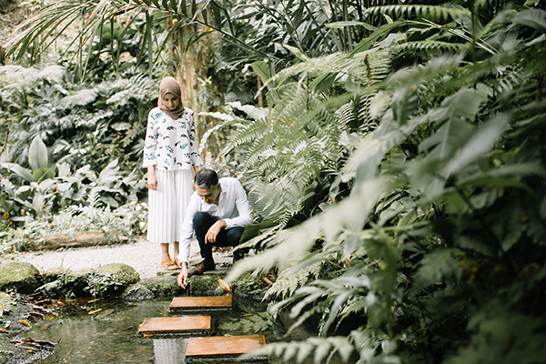 トロピカル スパイス ガーデンの自然に触れる新郎