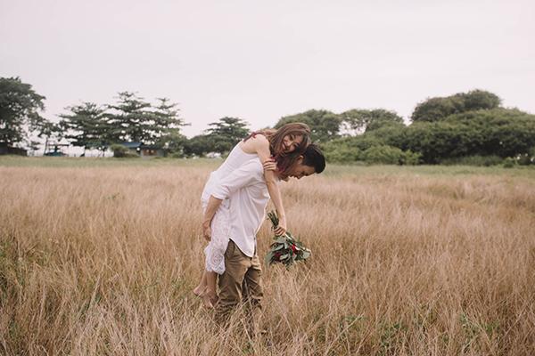 新婦が新郎の肩に手を置き、見つめ合うカップル