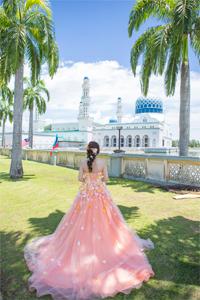 コタキナバル シティモスクをバックに後ろ姿で写真に映る新婦