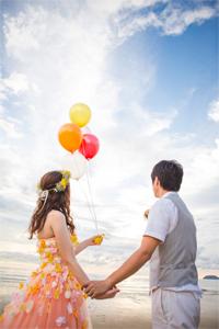 風船を飛ばすカップル