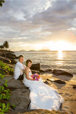 夕焼けの海岸に座るカップル