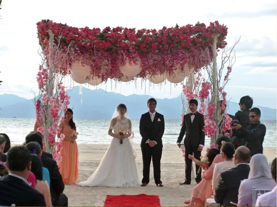 結婚式中の新郎新婦
