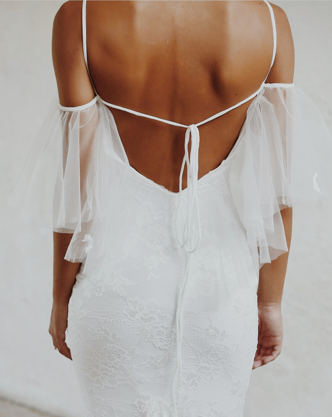backless gown wedding gowntrend